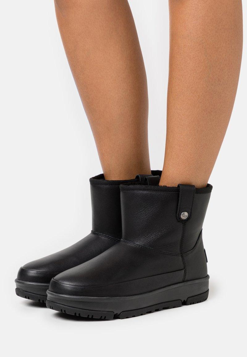 UGG - CLASSIC WEATHER MINI - Korte laarzen - black