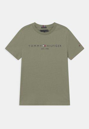 ESSENTIAL LOGO UNISEX - Camiseta estampada - spring olive