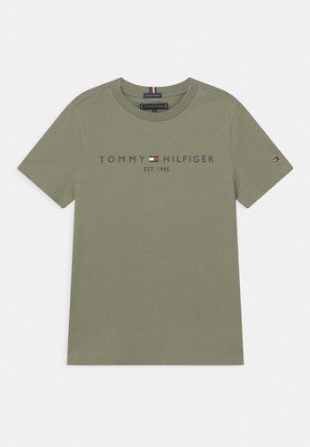 ESSENTIAL LOGO UNISEX - T-shirt med print - spring olive