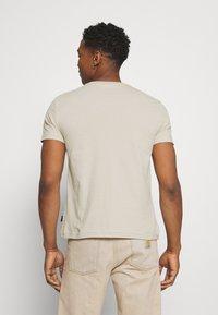 Calvin Klein - LOGO LINES - T-shirt con stampa - beige - 2