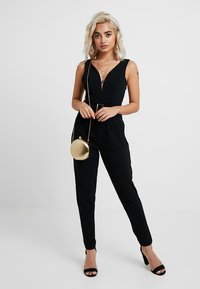 WAL G PETITE - EXCLUSIVE BUCKE V NECK - Overal - black - 2