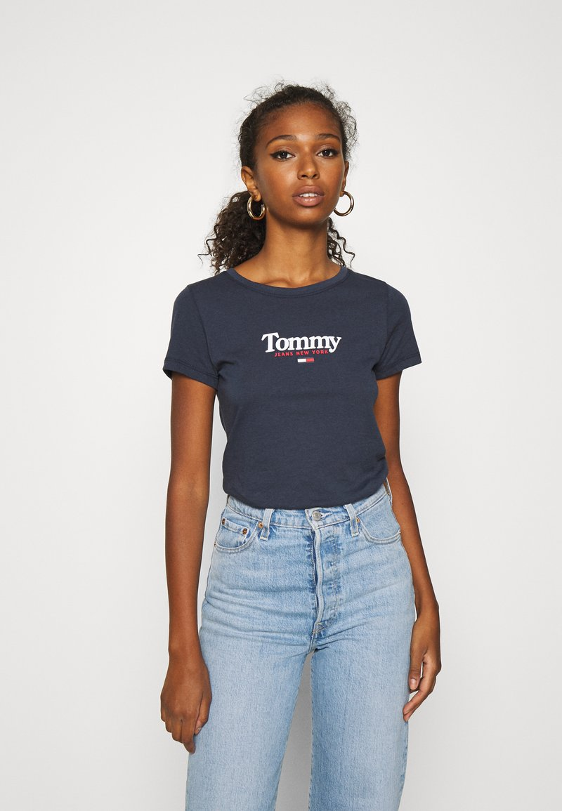 Tommy Jeans - ESSENTIAL LOGO TEE - T-shirt z nadrukiem - twilight navy