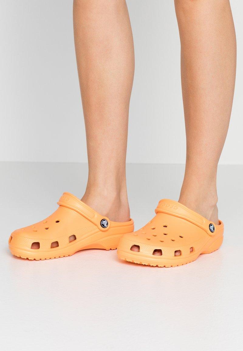 Crocs - CLASSIC - Chaussons - cantaloupe