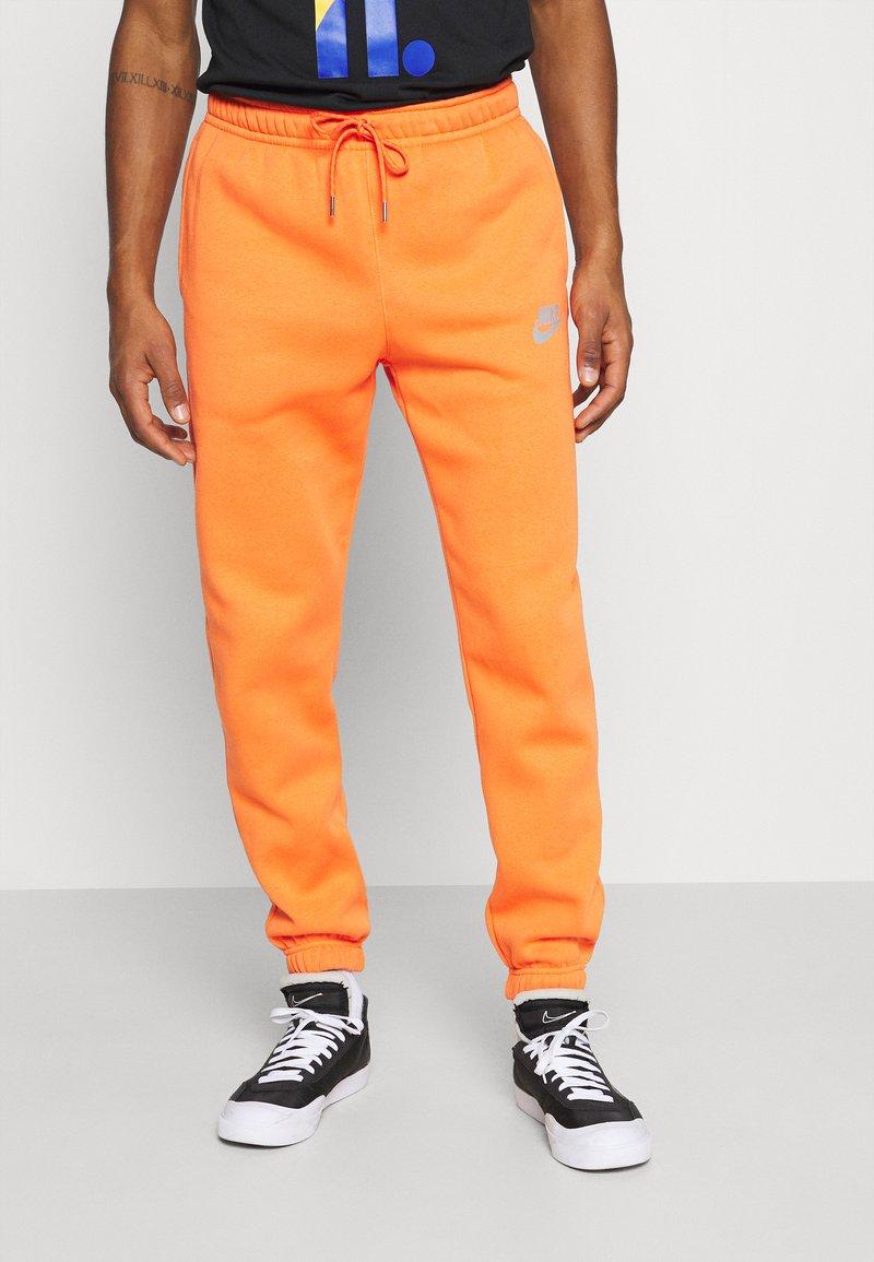 Nike Sportswear - PANT - Pantalon de survêtement - electro orange/(reflective)