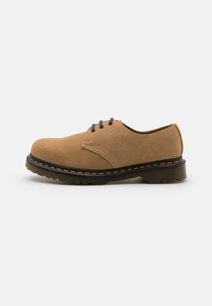 1461 3 EYE SHOE UNISEX - Sznurowane obuwie sportowe - sand