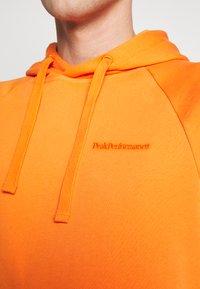 Peak Performance Urban - URBAN HOODIE - Jersey con capucha - orange dune - 6