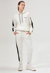 DeFacto - Pantalones deportivos - white - 1
