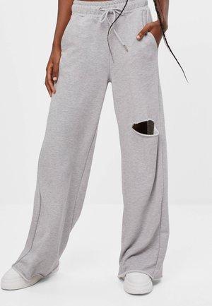 SCHLAG AUS PLÜSCH - Teplákové kalhoty - light grey