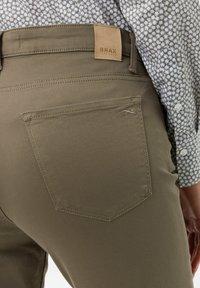BRAX - STYLE SHAKIRA S - Slim fit jeans - khaki - 4