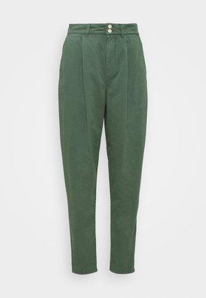 MAMBA - Spodnie materiałowe - forest green