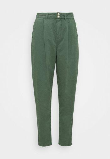 MAMBA - Pantalones - forest green