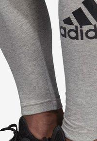 adidas Performance - MUST HAVES BADGE OF SPORT LEGGINGS - Legginsy - grey - 4