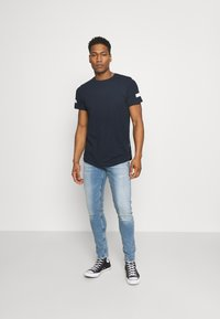 Redefined Rebel - ZION TEE - Print T-shirt - navy - 1