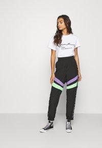 Karl Kani - SIGNATURE TEE - T-shirt con stampa - white - 1
