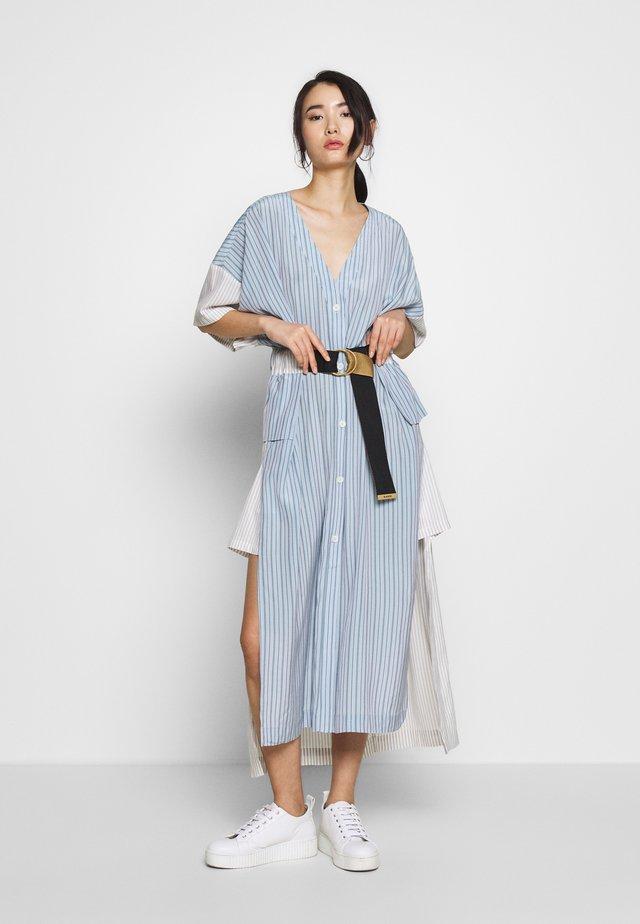 FLOW KAFTAN - Košilové šaty - blue