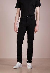 McQ Alexander McQueen - STRUMMER  - Jeans Skinny Fit - darkest black - 0
