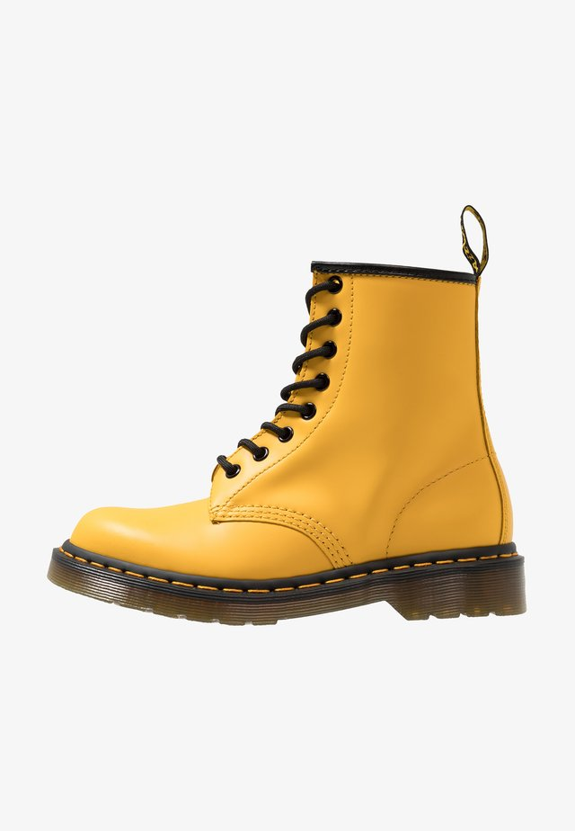 1460 8 EYE BOOT UNISEX - Botki sznurowane - yellow