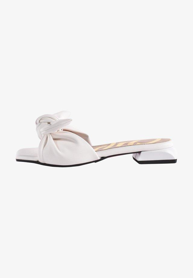 Klapki - white