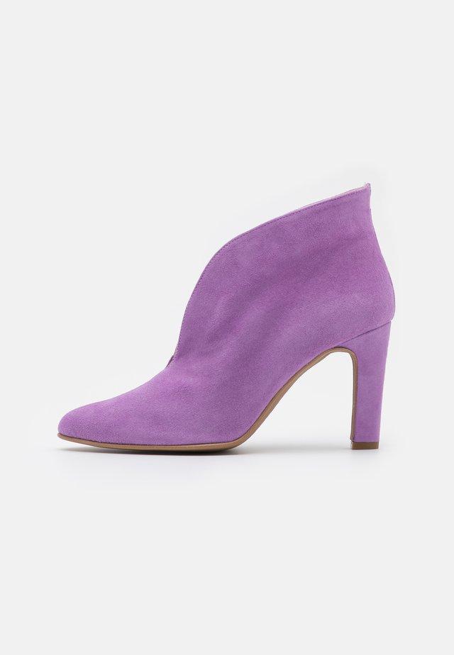 Enkellaarsjes met hoge hak - purple