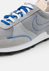 Nike Sportswear - DBREAK TYPE SE GEL UNISEX - Trainers - smoke grey/racer blue - 5