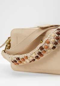 Madewell - TRANSPORT CAMERA BAGSOLID BEADED STRAP - Across body bag - vintage parchment - 3