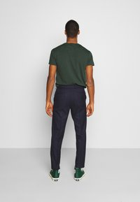 Isaac Dewhirst - PUPPYTOOTH FLAT FRONT TROUSER - Trousers - dark blue - 2