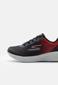 Skechers Performance - GO RUN 600 HADDOX UNISEX - Neutral running shoes - black/red/charcoal - 5
