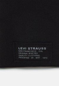Levi's® - LANYARD BAG UNISEX - Axelremsväska - regular black - 4