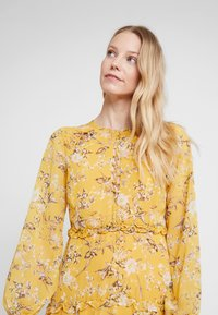 Bardot - JENNIE FLORAL DRESS - Denní šaty - yellow - 4