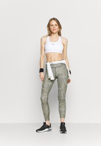 Nike Performance - BRA - Sujetadores deportivos con sujeción media - white/black - 1