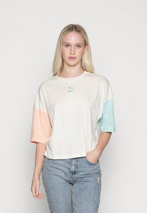 BOYFRIEND TEE - Print T-shirt - ivory glow-gloaming