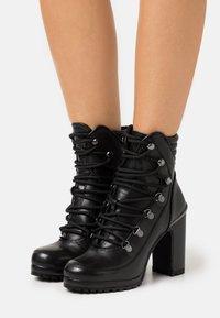 DKNY - LENNI LACE UP - Kotníková obuv na vysokém podpatku - black - 0