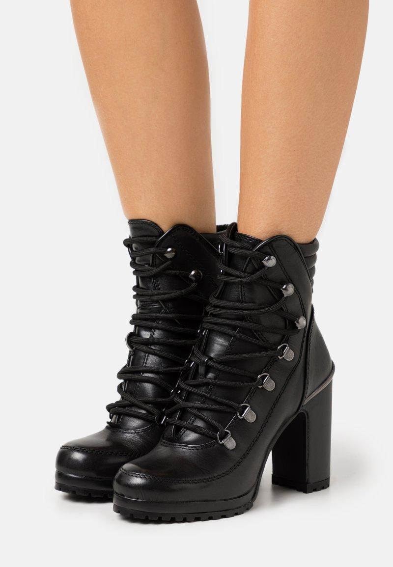 DKNY - LENNI LACE UP - Kotníková obuv na vysokém podpatku - black