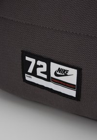 Nike Sportswear - UNISEX - Schulranzen Set - thunder grey/white - 2
