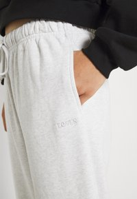 Levi's® - SWEATPANTS - Pantalones deportivos - orbit heather gray - 4