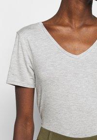 Anna Field Tall - 3 PACK V NECK TOP - Printtipaita - black/white/light grey - 5