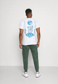 Nike Sportswear - CLUB PANT - Cargo trousers - galactic jade/galactic jade/white - 2