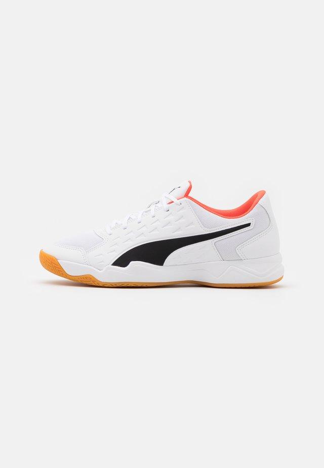 AURIZ - Chaussures de handball - white/red blast