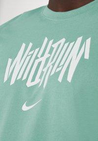 Nike Performance - DRY TEE WILD RUN - T-Shirt print - healing jade - 4
