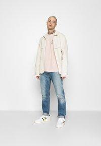 YOURTURN - UNISEX - T-shirt z nadrukiem - pink - 1