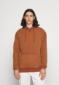 Karl Kani - SMALL SIGNATURE BOX WASHED HOODIE UNISEX - Sweatshirt - dark orange - 0