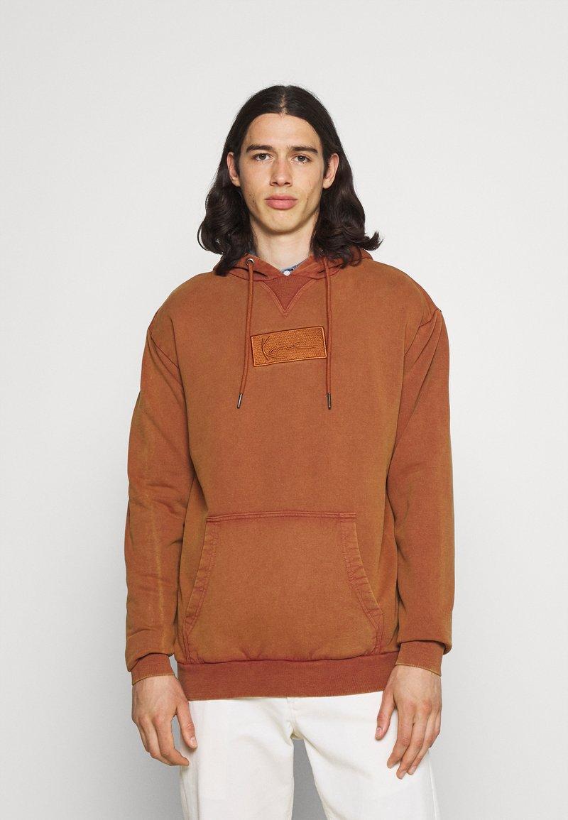 Karl Kani - SMALL SIGNATURE BOX WASHED HOODIE UNISEX - Sweatshirt - dark orange