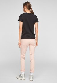 QS by s.Oliver - MIT FRONTPRINT - Print T-shirt - black - 2