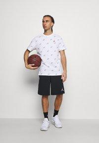 Jordan - JUMPMAN CREW - Print T-shirt - white / smoke grey - 1