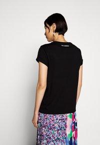 KARL LAGERFELD - IKONIK POCKET - T-shirt z nadrukiem - black - 2