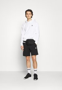 adidas Originals - ESSENTIAL UNISEX - Shorts - black - 1