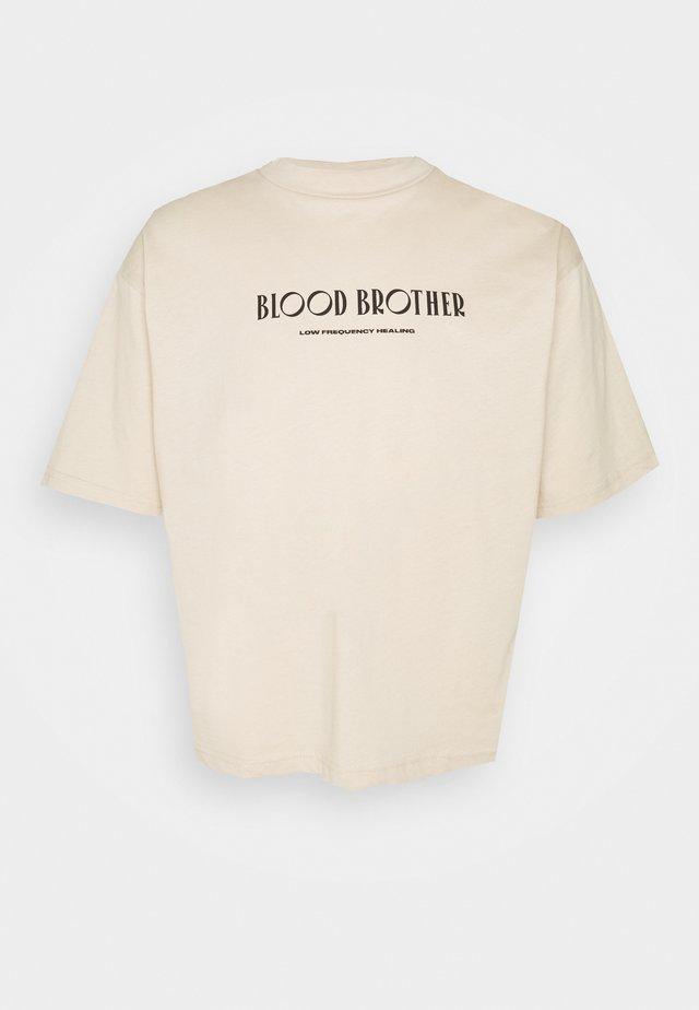 COCONUT GROVE FUNNEL NECK LOGO TEE UNISEX - T-shirt print - sand