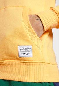 Mitchell & Ness - CLASSIC HOODIE - Huppari - yellow - 5