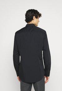 Pier One - 2 PACK - Formální košile - black/red - 2