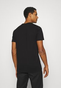 Ellesse - SMALL LOGO PRADO - Camiseta estampada - black - 2